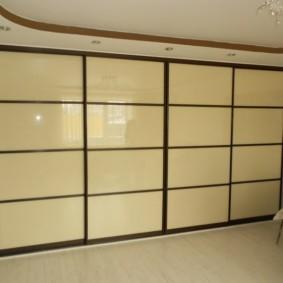 Бежевые стекла на шкафу в гостиной