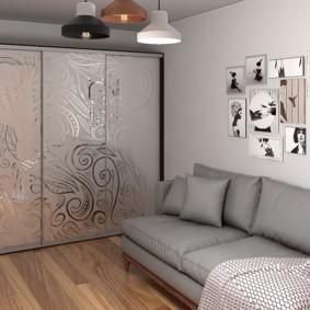 Черно-белые фото над диваном в гостиной