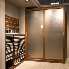 Стеклянные дверцы на деревянном каркасе