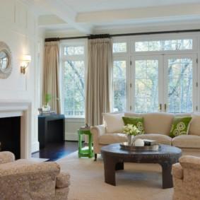 Дизайн просторной гостиной с настоящим камином
