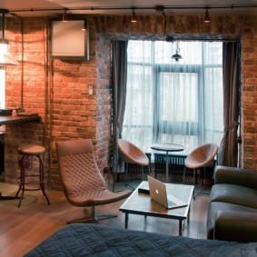 Шторы в интерьере гостиной стиля лофт