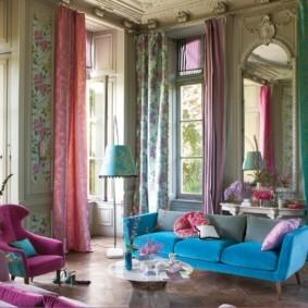 Разноцветные шторы в гостиной с высокими окнами