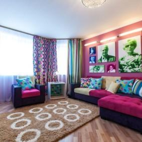 Яркие занавески в гостиной с двумя окнами