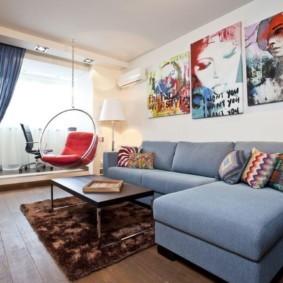 Подвесное кресло посередине гостиной