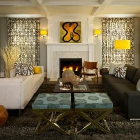 Два прямых дивана в гостиной с камином