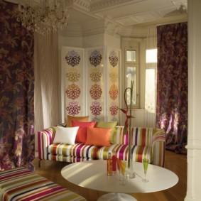 Мягкая мебель с полосатой обивкой