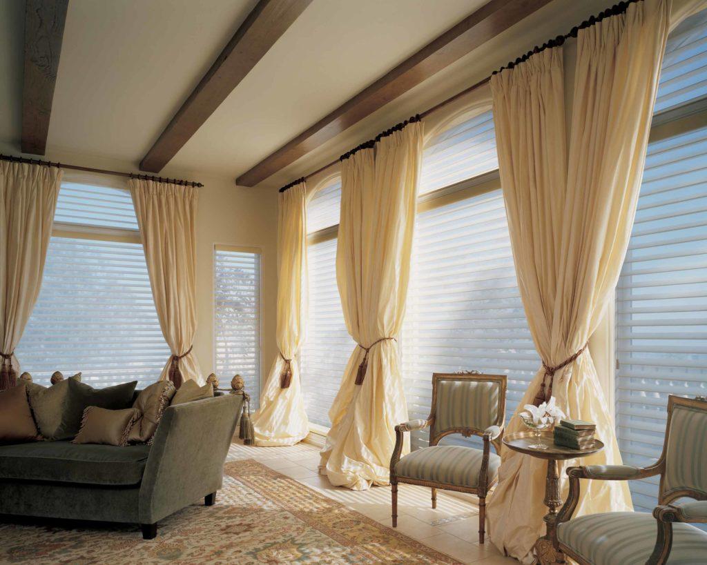 наполнения идеи оформления окон шторами в гостиной фото каких проблем здоровьем