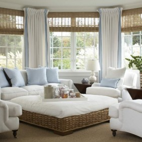 Голубые подушки на белой мебели