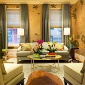 Сочетание жалюзи с прямыми шторами в интерьере гостиной