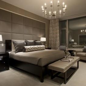 Уютная спальня с большим окном