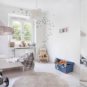 Белые стены в детской комнате