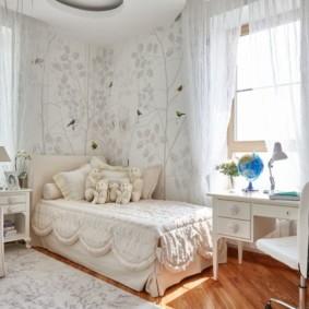 Деревянный пол в спальне девочки школьного возраста