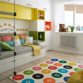 Яркий коврик на полу детской комнаты