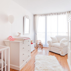 Светлая комната с кроваткой для новорожденного