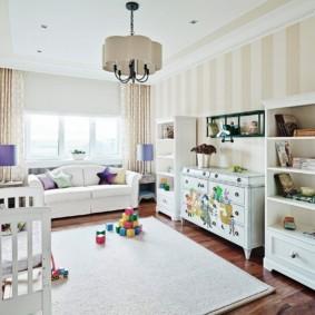 Полосатые обои в интерьере детской комнаты