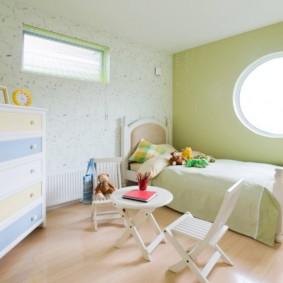 Светлый комод в спальне дочери