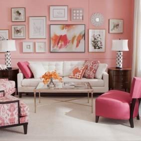 Белый диван возле розовой стены гостиной