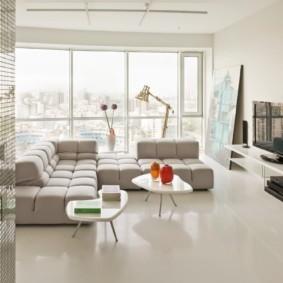 Наливной пол в гостиной с панорамным окном