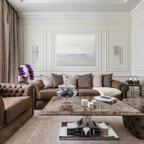 Мягкая мебель с коричневой обивкой