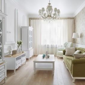 Светлый зал в квартире панельного дома