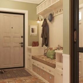 Светлая дверь в прихожей двухкомнатной квартиры