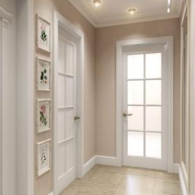 Белые двери в небольшом коридоре