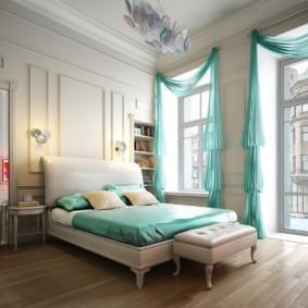 Бирюзовый тюль в спальне с высоким потолком
