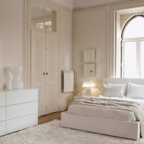 Светлый ковер на полу спальни с одним окном