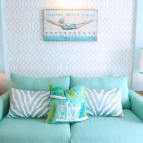 Голубая обивка дивана в гостиной комнате