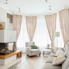Легкие шторы в светлой комнате