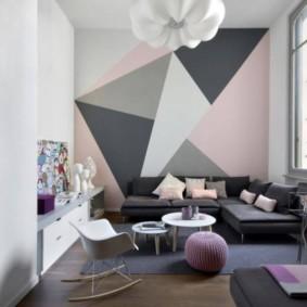 Геометрические орнаменты на стене в гостиной