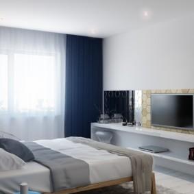 Синие шторы на окне спальни