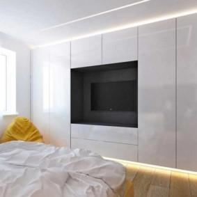Спальня стиля минимализма с телевизором в нише