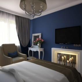 Темно-синяя стена в спальне небольшой площади