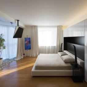 Черный телевизор на потолке спальни