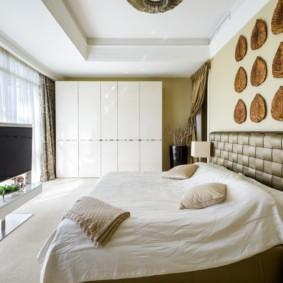 Декоративное панно над изголовьем кровати