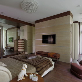 Коричнево кресло в спальне с деревянным полом