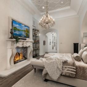 Камин в спальне с высоким потолком