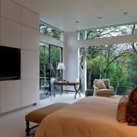 Современная спальня с панорамными окнами