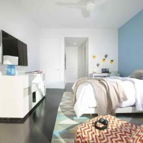 Голубая стена за изголовьем кровати