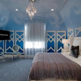 Стеклянная люстра на потолке стильной спальни