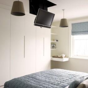 Размещение телевизора на белом потолке спальни