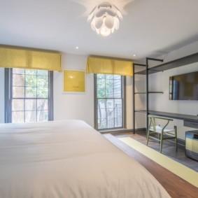 Желтые ламбрекены на окнах комнаты в частном доме