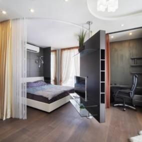 Размещение телевизора на поворотной перегородке в спальне
