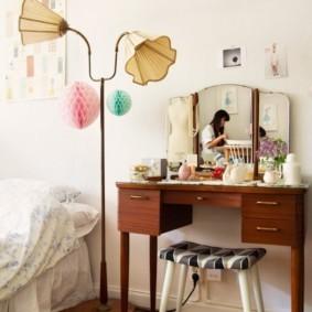Напольный светильник около кровати в спальне
