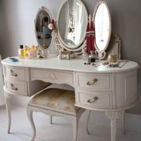 Трельяж с овальными зеркалами для спальни девушки