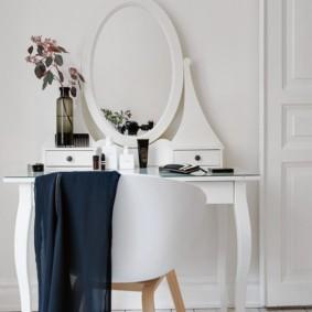 Белое сидение стульчика в спальне