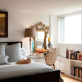 Книги на полке под окном спальни