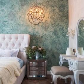 Красивые обои на стене спальни