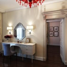 Туалетный столик в комнате с красной люстрой